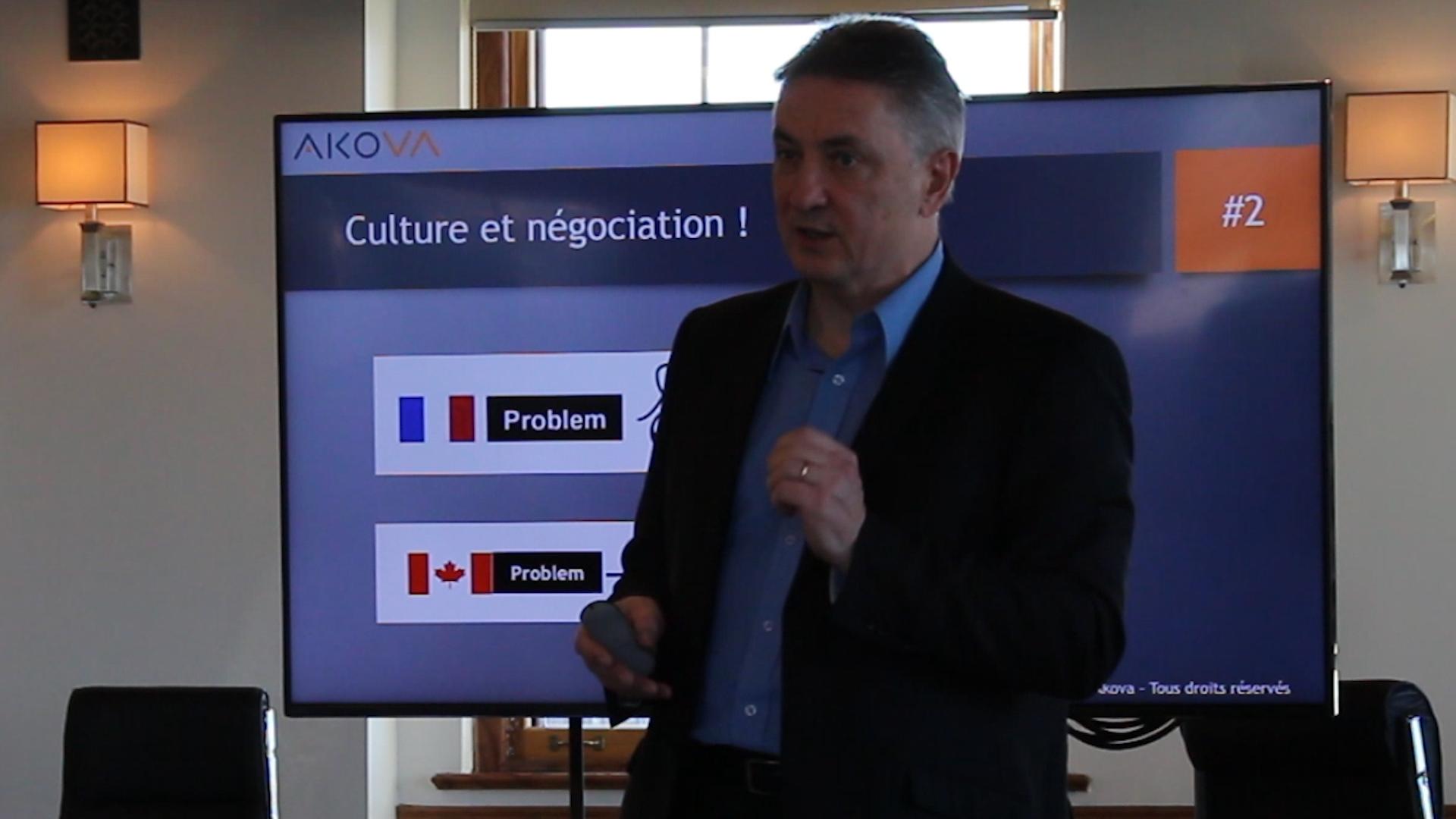 Le formateur Francis Bélime présente, lors d'une formation sur le commerce international, les différences culturelles entre le Canada et la France