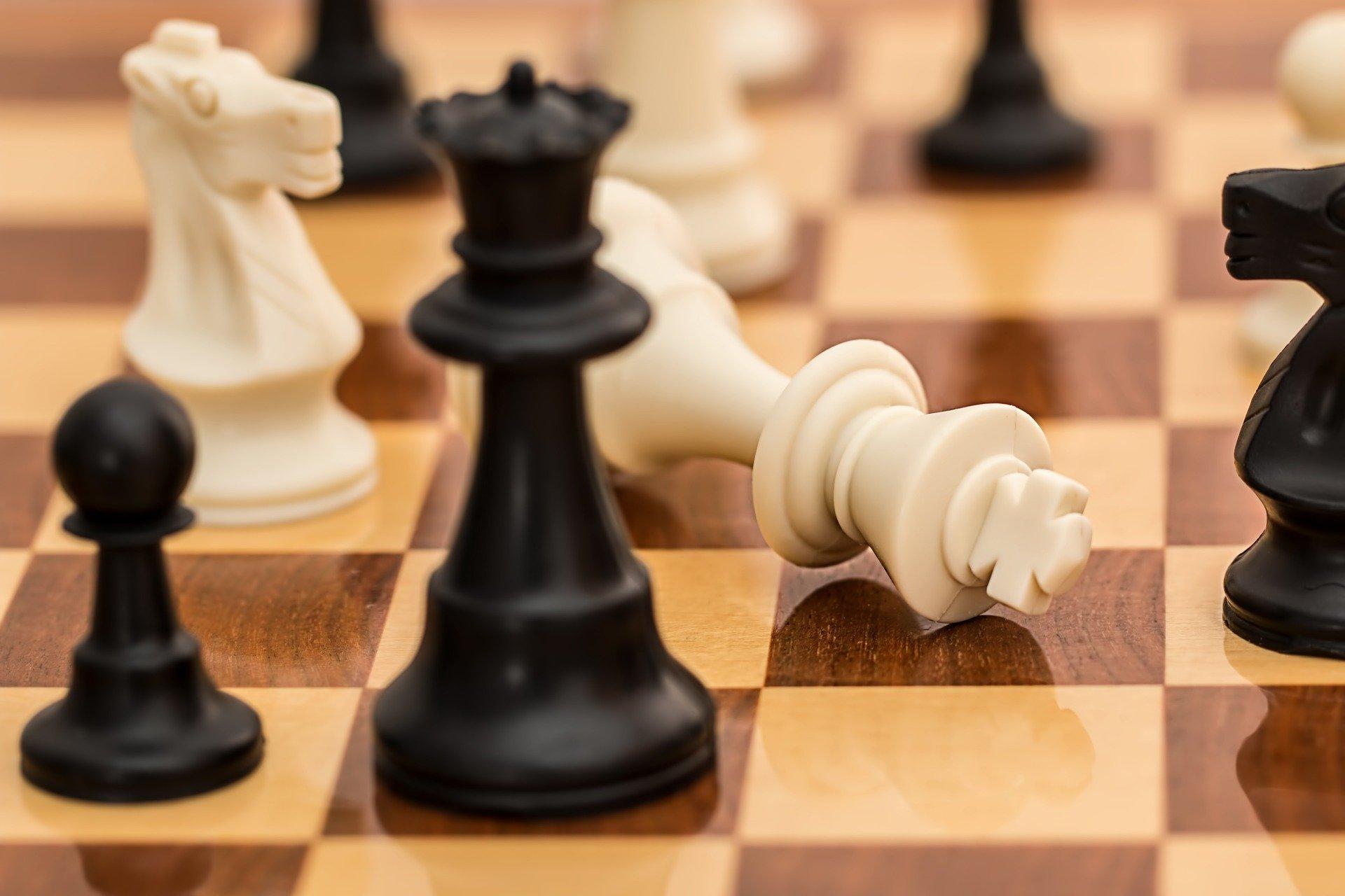 Jeu d'échecs symbolisant la stratégie commerciale d'une entreprise en période de crise